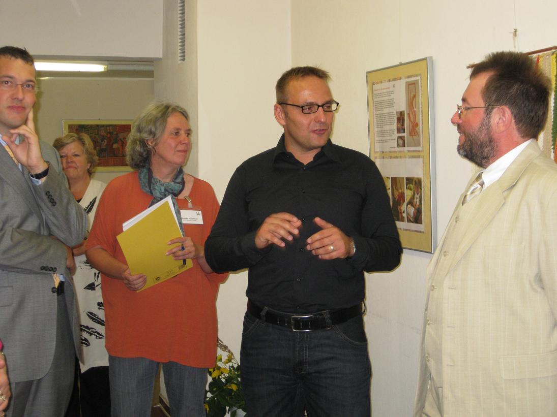 v.l.n.r.: Bildungsdezernent Carsten Saß, Ghislana Poppelbaum, Björn Lakenmacher und Serge Lacombe (Leiter der VHS Dahme-Spreewald)